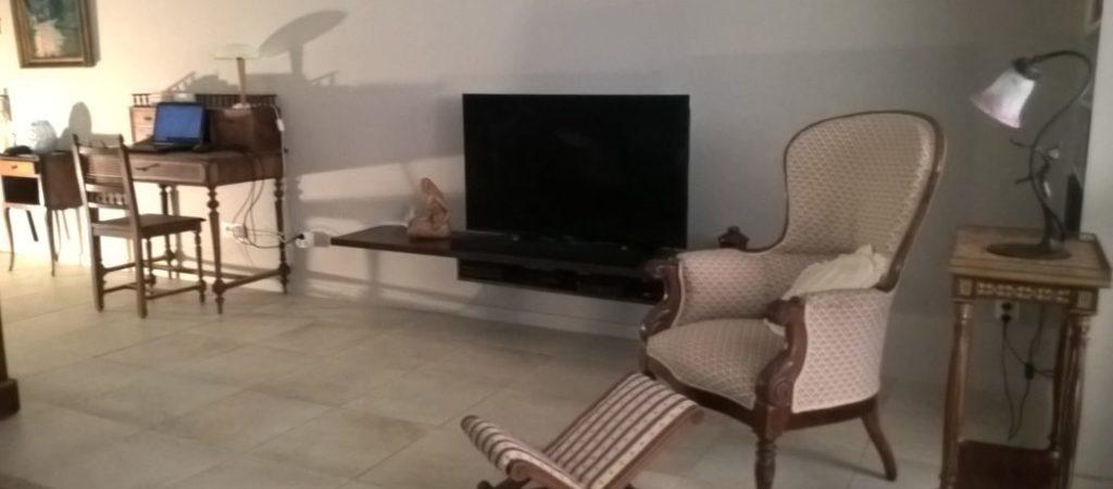 Location meublé T2 GERMONT pour cure à Amélie les Bains - grand séjour TV DVD AUDIO