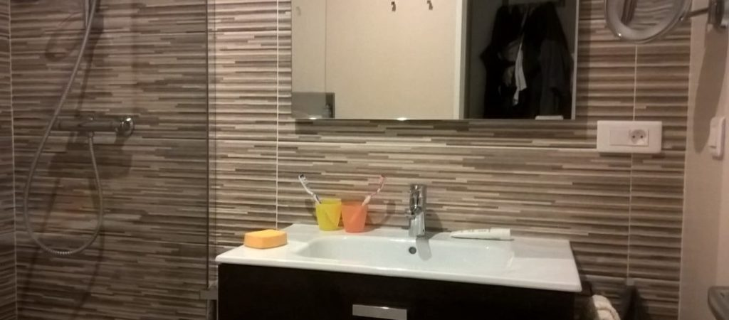 Location meublé T2 GERMONT pour cure à Amélie les Bains - Salle de bain douche  l'italienne