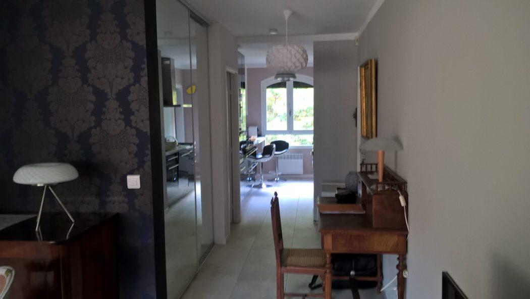 Location Germont - meublé cure Amélie les bains -hall et vue cuisine